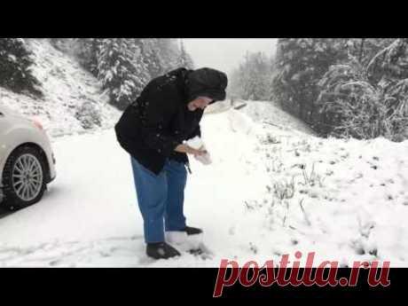 Сын снял на камеру, как мама радуется снегу. А маме уже 101 год