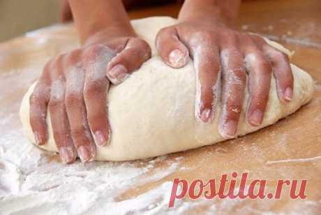 Век живи, век учись. Хитрости для теста! 1. Всегда добавляйте в тесто разведенный картофельный крахмал – булки и пироги будут пышными и мягкими даже на следующий день. Главное условие вкусных пирогов — пышное, хорошо взошедшее тесто: муку для теста необходимо просеять: из нее удаляются посторонние примеси, и она обогащается кислородом воздуха 2. В любое тесто (кроме пельменного, слоеного, заварного, песочного), то есть тесто на пироги, блины, хлеб, оладьи — на пол литра жидкости добавляйте все