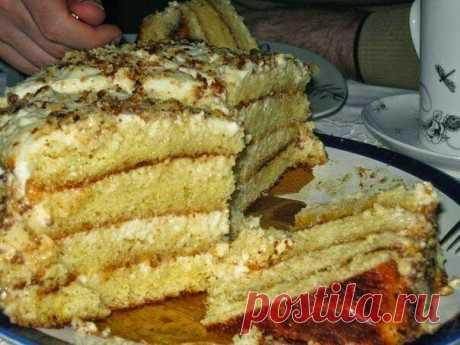 САМЫЙ ПРОСТОЙ И САМЫЙ НЕЖНЫЙ ТОРТ. Очень вкусный и нежный торт — просто тает во рту ... это мой любимый рецепт))) Ингредиенты: для коржей В этом рецепте два коржа, но можно сделать больше. на один корж: 1 банка сгущенки 2 яйца 1 стакан муки + разрыхлитель (пакетик 10 грамм) Если разрыхлителя нет, тогда сода чайная ложка без горки, но