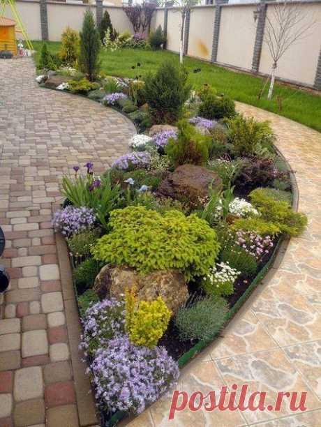 Красивое расположение камней и растений на приусадебном участке