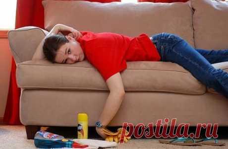 Как правильно почистить мягкую мебель в домашних условиях: 10 советов   Что делать, если диван и кресло без съемного чехла? Придется помыть обивку своими руками и подручными средствами. Рассказываем, как.   Рекомендации для мебели с текстильной обивкой  1. Очистите от пыли  Самый простой способ — использовать пылесос. Лучше специальную насадку с щеткой.   Бархат и ткани с ворсом пылесосить нельзя — придется выбивать пыль, как раньше это делали с коврами. А чтобы пыль не ос...