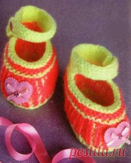 Пинетки спицами для новорожденных: спицы № 3, 2 основных узора – платочная вязка и резинка 1х1.