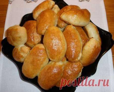"""Пирожки """"Как пух""""  Ингредиенты (на 20 пирожков): -1 ст. кефира -0.5 ст. рафинированного масла -1 ст.л.сахара -1 ч.л.соли -1 п (11 грамм) сухих быстродействующих дрожжей -3 ст. муки -начинка любая  Приготовление: 1. Кефир с маслом нагреть до теплого состояния 2. Добавить сахар,соль,перемешать. 3. Дрожжи перемешать с мукой(муку обязательно просеять) и добавить к этой массе.Если дрожжи не быстродействующие,в гранулах,их можно предварительно развести в 2 ст.л.теплой воды и чут..."""