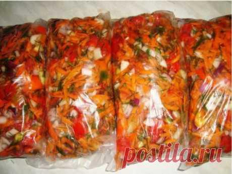 Универсальная «заморозка». Ее можно класть во все первые блюда, гарниры, мясо, рыбу, да много куда. Цвет у супчика становится красочный, а запах летний. Делается всё очень просто, заправки получается много - с одной порции 4-х-литровая кастрюля.  Состав:  Лук - 1кг  Морковь - 1кг  Перец болгарский (желательно разных цветов) - 1 кг  Помидоры - 1 кг  Много зелени  Пусть вас не смущает наличие помидоров, они при замораживании становятся немного другими, но вкус дают замечательный. Все нужно нарез