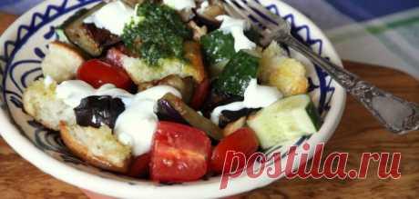 Хлебный салат с запеченными баклажанами