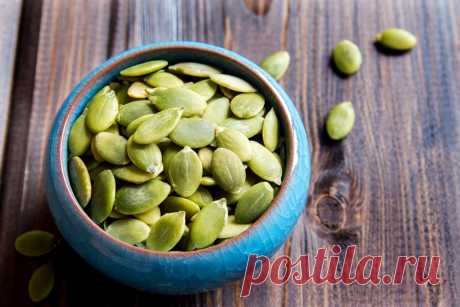 Почему нужно есть тыквенные семечки? — ЗдоровьеИнфо 30 г. семян тыквы содержат около 150 ккал, 15 г. полезных жиров, и 8-10 г. растительного белка. Рассказываем, какие ещё есть плюсы у семян тыквы.