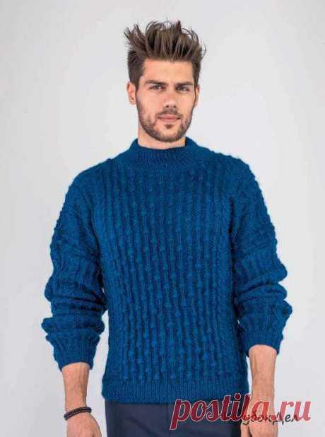 Мужской свитер с фантазийным узором Современные мужчины шикарно смотрятся в свитерах с фантазийными узорами. Мужской свитер с фантазийным узором, схемы с описанием вязания. Размеры:1 (на 14 лет)/2 (маленький)/ 3 (средний)/4 (большой) Вам потребуется:12/13/14/15 мотков синей (Mer du Nord 0336) пряжи Bouton D'Or Mont Serein (100% шерсти, 128 м/ 50 г); спицы № 4; 1 вспом. спица для кос. Резинка 1/1:попеременно
