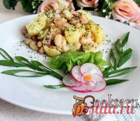 Горячий салат из молодого картофеля с ветчиной и фасолью Вкусный и сытный горячий салат из молодого картофеля, ветчины и фасоли, по сути может быть полноценным ужином. Молодой картофель — 6 шт; Ветчина (шинка) — 200 г; Белая консервированная фасоль — 1 бан.; Лук репчатый — 1 шт; Корнишоны маринованные — 5-7 шт; Горчица острая (можно и европейскую, дело вкуса) — 1 ст.л.; Уксус яблочный — 1 ст.л.; Растительное масло ; Перец черный (молотый) — по вкусу ; Зелень петрушки (свежая или сушеная) ;…