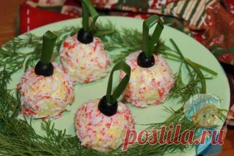 Праздничная закуска на Новый год Елочные шары. Рецепт с фото Праздничная закуска Елочные шары - яркая и эффектная, она произведет фурор и привлечет всеобщее внимание. Ингредиенты: яйцо, крабовые палочки, майонез, лук