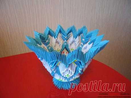 Фигурную вазу для конфет в технике модульное оригами легко сделать своими руками по схеме
