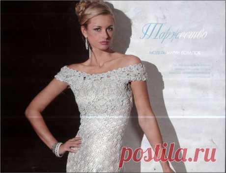 Белое платье с розочками.