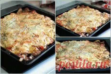"""Как приготовить """"Мясо под шубой"""" мясо лук картофель твердый сыр специи зелень соль перец сливки сметана Мясо режем на порционные куски толщиной в 0,5 см и примерно 5х6 см.,рсакладываем на лист,посыпаем солью,перцем и тонко порезанным на полукольца лучком На мелкой тёрке трём картофель. И слегка отжав его от лишнего сока, раскладываем шубой на мяско(толщина слоя примерно 1 см.) В обычную сметану добавляем три стол. ложки жирных сливок , перемешиваем. Смазываем """"шубу"""" пригот..."""