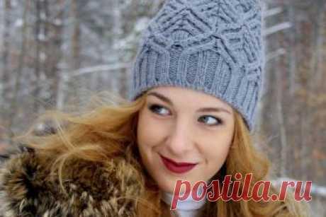 """Как связать красивую шапку спицами с рельефным узором Красивая шапка спицами, что вы видите на фотографии, носит символичное название """"Январь"""". Эта зимняя шапочка связана рельефным узором с помощью спиц. Автор модели - Svetlana Korchak."""