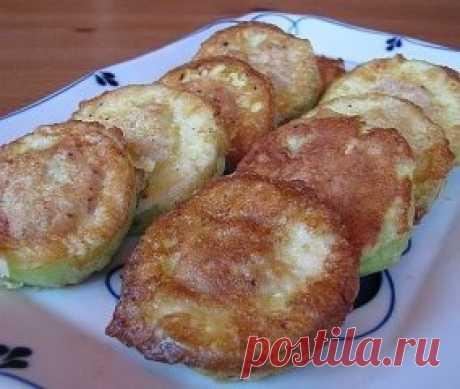 Кабачки с мясом в кляре Ингредиенты: - 2 – 3 молодых кабачка - 300 г мяса (можно в любом раскладе – свинина, говядина, смешанный фарш, курица и даже рыба) - 1 луковица - 1 – 2 ломтика белого хлеба (можно и без него) - 1 яйцо - Соль, перец, чеснок (по желанию) Для кляра: - Мука – 2 столовые ложки - 1 – 2 куриных яйца - 2 – 3 чайные ложки молока - Соль, перец Приготовление: Кабачок нарежьте на кружки толщиной 1.5 – 2 см. При необходимости срежьте кожуру (если кожура молодая ...