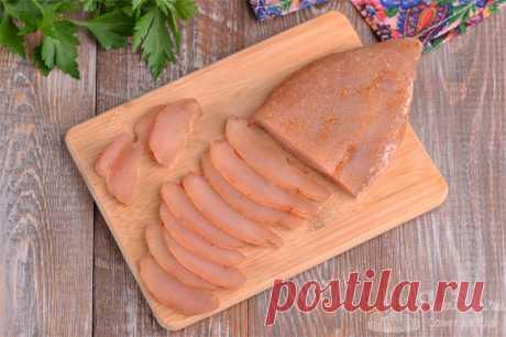 Вяленое куриное филе за 3 дня.  Готовим ароматное и очень нежное вяленое филе куриной грудки за 3 суток всего из 3 ингредиентов (филе, соль и специи для шашлыка). Закладываем филе в соль, затем натираем специями и подвешиваем в холодильник на 2 суток. Такое вяленое мясо отлично подойдет в качестве закуски или для перекуса с хлебом.