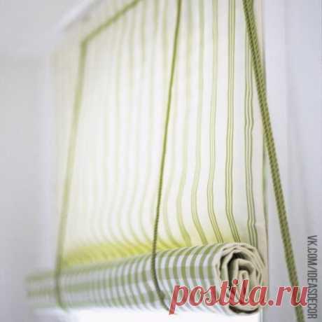 Рулонные шторы Для работы нам понадобятся: - два отреза ткани разного дизайна – для лицевой и изнаночной стороны шторы - два деревянных бруска длинной с оконную раму – один для крепления, другой для утяжеления шторы - шурупы-кольца – 5 шт - шурупы-крючки – 3 шт - шнур - ножницы - сантиметр - швейные принадлежности Измеряем оконную раму и согласно расчетам выкраиваем из заготовленной ткани два отрезка нужных размеров, оставив 3 см запаса к ширине и 10 см запаса к длине на припуск для швов. С…