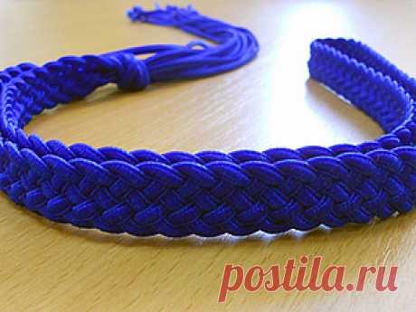 Пояс. Плетение из шнуров. Часть 2 Первая часть мастер-класса находится здесь: https://www.livemaster.ru/topic/326605-poyas-pletenie-iz-shnurov-chast-1?inside=0&wf=&vr=0 Начинаем с того места, на котором остановились. Теперь снова перекрещиваем центральные шнуры справа налево. Получилось три шнура справа, три слева. Для того, чтобы плетение было плотным, нужно потянуть обеими руками за шнуры в противоположные стороны.