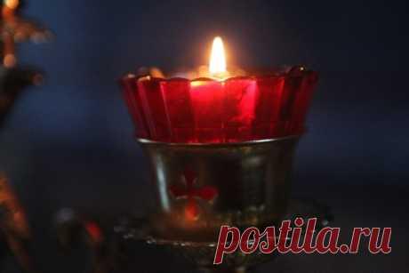 ЧТО ЗНАМЕНУЕТ ЛАМПАДА. МОЛИТВА НА ВОЗЖИГАНИЕ ЛАМПАДЫ. Возжги, Господи, угасший светильник души моея светом добродетели и просвети мя, Твое создание, Творче и Благодетелю! Ты бо еси невещественный свет мира. Прими сие вещественное приношение: свет и огонь, и воздаждь ми внутренний свет уму и огнь сердцу.Аминь.  Перед иконой дома и в церкви горящая лампада знаменует то, что Закон Божий есть светильник человеку в его жизни.  Святитель Сербский Николай по поводу того, зачем мы...
