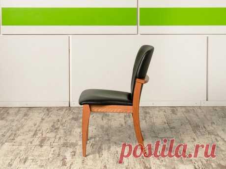 Купить Конференц кресло для переговорной на ножках Кожзам Чёрный Россия (УНКЧ2-28019) – Д-Мебель