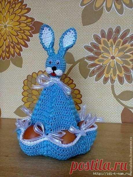 Вязаный пасхальный зайчик, забавная подставка для яиц.