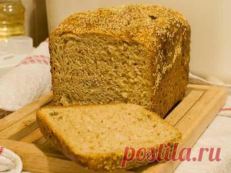 Хлеб в хлебопечке рецепты Мука 500 грСметана 2 ст.л.Дрожжи 1,5 ч.л.Сливочное масло 2 ст.л.Соль 1,5 ч.л.Сахар 1,5 ст.л.Вода 250 мл.Чеснок 1 зубчик  В ведерко хлебопечки...