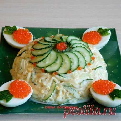 Этот салатик настолько же вкусен, насколько и прост. Приготовить его не составит большого труда.  САЛАТ С КАЛЬМАРОМ И СВЕЖИМ ОГУРЦОМ-Отварные кальмары,варёные яйца,свежий огурец,красная икра для  оформления,майонез,соль,молотый перец по вкусу.  Варёные кальмары ,варёные яйца,свежие огурцы нарезаем соломкой. Соединяем все ингредиенты,добавляем соль,молотый перец по вкусу и заправляем майонезом.  #кальмары#салатскальмарами#морепродукты#салаты#праздничныесалаты#новогодниеса...