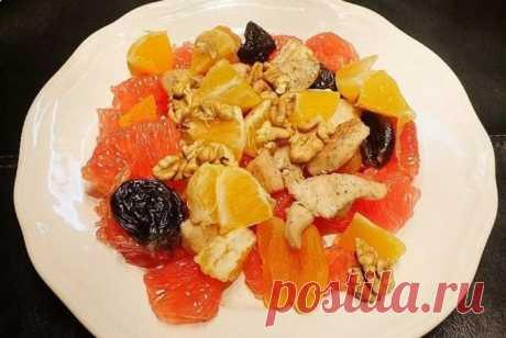 Зимний салат с курицей и сухофруктами