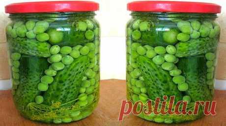 Los pepinos en conserva con los guisantes para olive