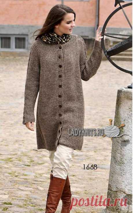 Вязаное спицами стильное женское пальто, описание