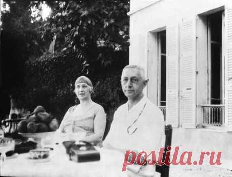СЕМЕЙНЫЙ АД ВЕРЫ БУНИНОЙ:ПОЧЕМУ ЖЕНА ПИСАТЕЛЯ ГОДАМИ ТЕРПЕЛА СОПЕРНИЦУ В СВОЕМ ДОМ  84 года назад Иван Бунин стал лауреатом Нобелевской премии по литературе. Во многом он был этому обязан своей супруге, Вере Муромцевой, которую называют идеальной писательской женой, создавшей все условия для творческой реализации мужа. Однако на церемонии награждения с ним рядом стояла не только она, но и ее молодая соперница, поэтесса Галина Кузнецова. Долгие годы Вера Бунина мирилась с е...