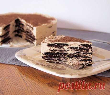 Десерт из вафель и крема с кофейным ароматом.