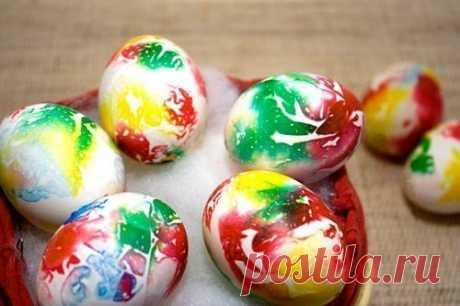 Оригинальный способ окрашивания пасхальных яиц Для окраски вам понадобится минимальный набор материалов: любой уксус, бумажное полотенце, краски пищевые анилиновые, куриные яйца вареные или «цельная» скорлупа от них. Скорлупу куриного яйца обяз…