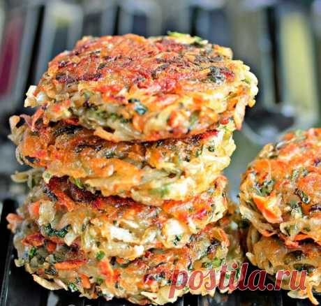 Картофельно-овощные драники  =Ингредиенты:  4 шт. картофеля 1 лук 1 морковь 1 болгарский перец 2 ст. л. муки 1 яйцо 2 ст. л. растительного масла  Картофель и лук натрите на мелкой терке, морковь и перец натрите на крупной. Добавьте муку и яйцо, взбитое с солью. Тщательно перемешайте тесто.  В сковороду налейте масло. Обжаривайте драники по 2-3 минуты с каждой стороны до образования золотисто-оранжевой корочки.
