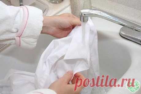 КАК ОТБЕЛИТЬ ПОЖЕЛТЕВШУЮ ОДЕЖДУ ДОМА Существует несколько простых и доступных способов отбелить пожелтевшее нижнее белье и одежду. Первый метод с помощью соды и соли. Такой метод подойдет для любых видов тканей. Смешиваем воду (3 л), обычную соль (2 ст. л.) и соду (3 ст. л.). При желании можно также добавить немного стирального порошка. Замачиваем пожелтевшую одежду в растворе на 20 минут. И затем стираем обычным способом.