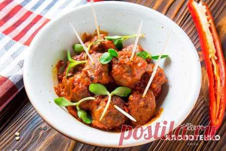Пряные тефтельки в томатном соусе: рецепт Евгения Клопотенко Пряные митболы в томатном соусе – идеальная мясная закуска, приготовление которой не требует много времени. Уверен, что вы оцените этот простой рецепт.