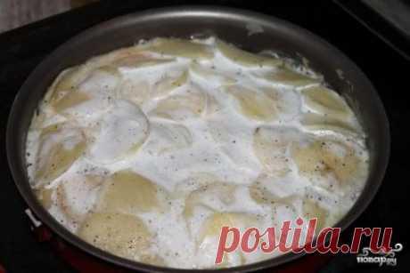 Картофель с молоком в духовке Картофель с молоком в духовке - очень простое и дешевое блюдо, но это очень вкусно и сытно. Картофель с молоком в духовке разрезаем на куски и раскладываем по тарелкам. Можно подавать к нему сметану, можно посыпать зеленью, также хорош он с солеными грибами или овощами. Это воспоминания из детства. Приятного аппетита! Ингридиенты: Картофель: 5-6 Штук, Яйцо: 2-3 Штук, Молоко: 1 Стакан, Соль: По вкусу, Перец: По вкусу Приготовление: Картофель моем, очищаем и н