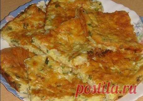 Очень вкусная запеканка из капусты  Ингредиенты:  Яйца куриные — 3 шт. Майонез — 3 ст. л. Сметана — 3 ст. л. Мука — 3 ст. л. Разрыхлитель — 0,5 ч. л. Крахмал — 0,5 ч. л. Капуста — 300 г  Приготовление:  1. Всё хорошо перемешать. Добавить немного измельченного чеснока (по желанию). 2. Капусту мелко нарезать, посолить, размять. 3. Противень смазать растительным маслом, разложить капусту (можно добавить немного зелёного лука), залить ее полученной смесью. Посыпать тёртым сыро...