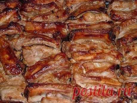 Как приготовить запеченные свиные ребрышки - рецепт, ингредиенты и фотографии