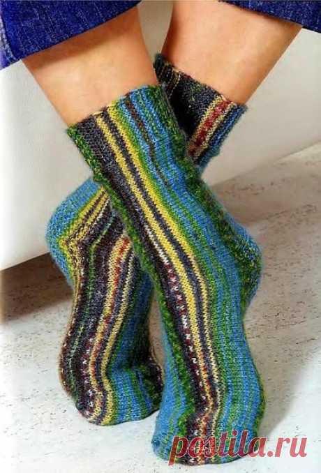 Веселые носки   Размер: 38/39  Вам потребуется: пряжа для вязания носков (425 м/100 г); 100 г многоцветной пряжи, круговые спицы №2,5 ; вышивальная игла с тупым концом.  Платочная вязка: Все ряды - лицевыми петлями.  Лицевая гладь: Лицевые ряды - лицевыми, изнаночные - изнаночными петлями.  «Рисовая» вязка: 1 лицевая, 1 изнаночная по очереди. В каждом ряду петли смещаются.  Плотность вязания: Лицевой гладью: 30 петель и 40 рядов = 10 х 10 см.  На круговые спицы наберите 19...