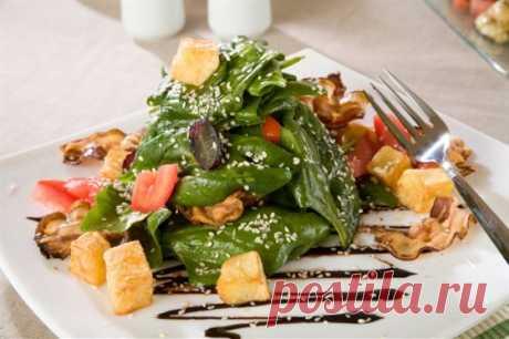 Салат с панчеттой и грецкими орехами рецепт – итальянская кухня: салаты. «Еда»
