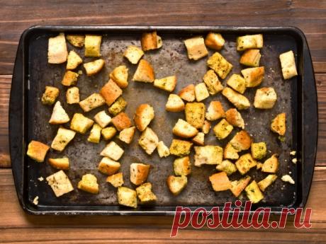 Самые ароматные и пряные домашние сухарики получаются с чесноком. Их можно подавать в качестве закуски или добавлять в суп