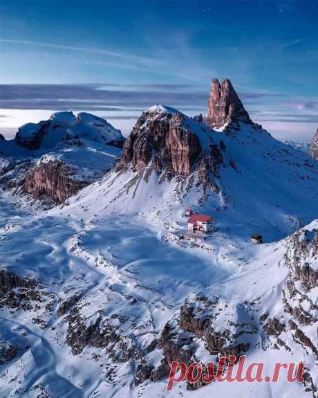 Волшебная красота Альп, от которой захватывает дух! Фотограф-самоучка Лукас Фурлан постоянно путешествует по миру и бывал во многих потрясающих местах - таких как величественные горы Патагонии или идиллическая сельская Исландия, но ничто не может сравниться с его любовью к Альпам...