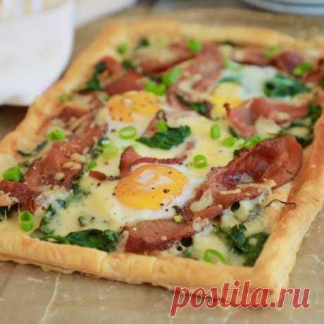 Закусочный пирог из слоеного теста с беконом и яйцами Закусочный пирог из слоеного теста с беконом и яйцами - пошаговый кулинарный рецепт приготовления с фото, шаг за шагом.