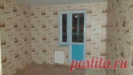 Подскажите пожалуйста как можно грамотно обыграть маленькое окно на кухне? Может снести стену в другую комнату и обьединить? Обои от застройщика(