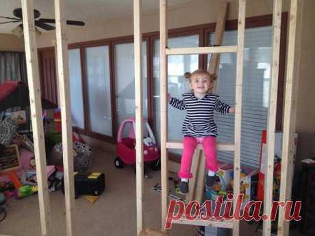 Заботливый и любящий отец построил для детишек небольшой дом внутри комнаты