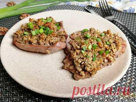 Запечённая телятина под ореховой корочкой Телятина, запечённая под корочкой из измельчённых орехов и зелёного лука, придётся по вкусу всем, кто предпочитает нежирное мясо. Приготовленная по этому