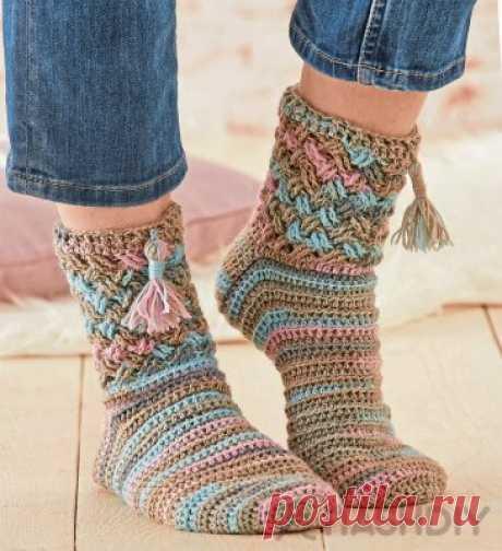 Носки с кисточками крючком.