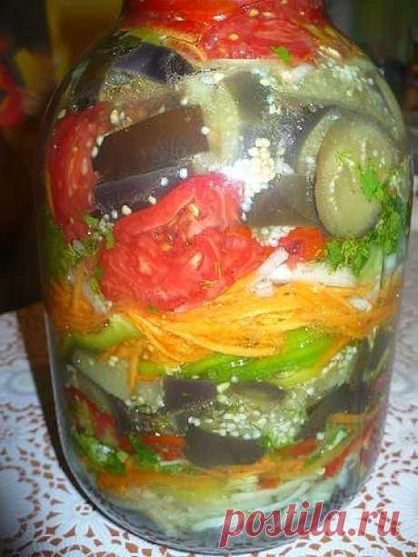 Баклажаны по-корейски Отличный рецепт баклажан по-корейски Баклажаны по-корейски (в банку, очень вкусно!) Все ингридиенты примерно: 2 кг баклажан режем кольцами по 1 см. Закипятить воду 3л, 1ст.л соли+0,5 ч.л укс.эссенции, бросаем баклажаны в 3 этапа, как только закипят, смотрим пока не изменится цвет, вынимаем и бросаем новую партию. Откидываем стечь жидкости. Трем на корейской терке 3 средние …