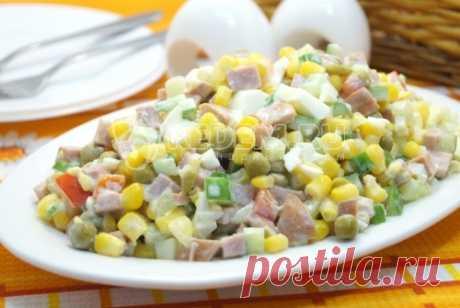 Салат «Конфетти» Праздничный салат «Конфетти» с полукопченой колбаской, свежими и консервированным овощами для вашего праздничного стола.