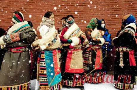 Новый год в Тибете отмечают на месяц позже, чем в России. Официальное празднование длится около двух недель, и, помимо застолья, праздник сопровождается ритуальными танцами и обрядами.